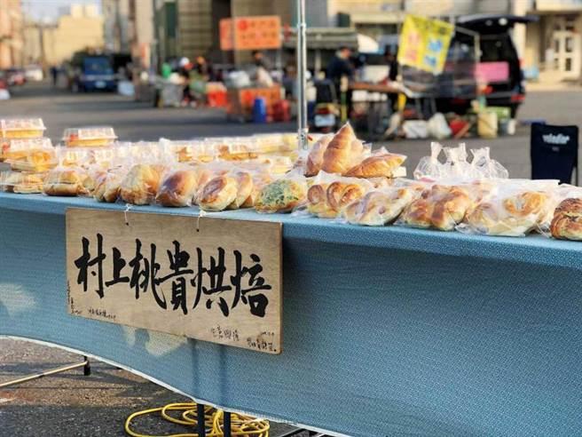 郭明昌夫妻以當地食材做出美味麵包及甜點,並選擇流動夜市擺攤,幾年下來獲得不少忠實顧客。(圖/高靜玉攝)