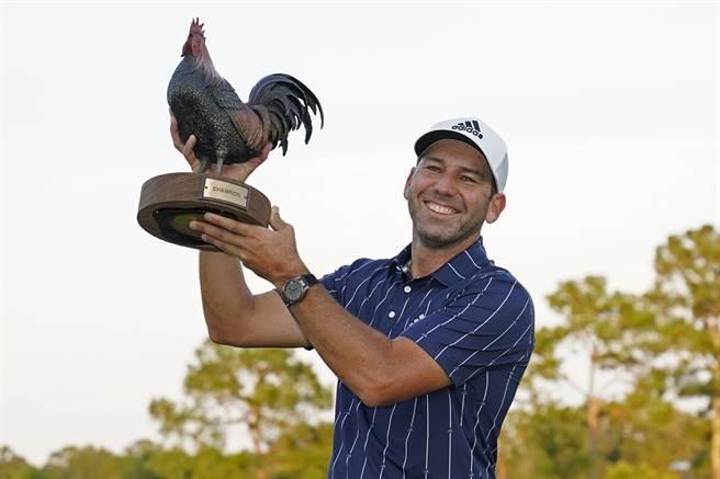西班牙名將賈西亞高舉桑德森農場錦標賽的公雞冠軍獎盃。(美聯社)