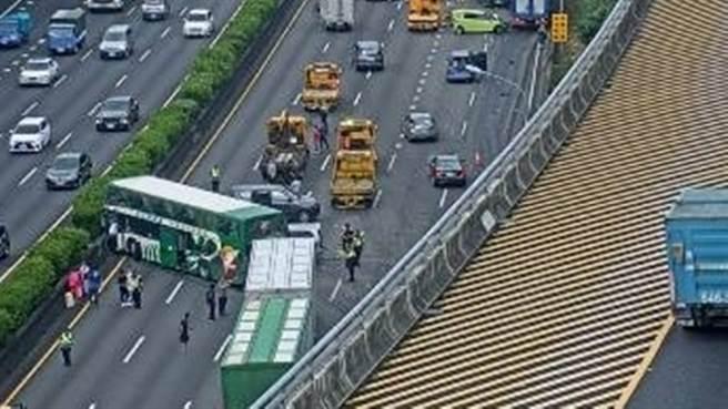 國道1號林口北上8台車追撞,聯結車駕駛受困中。(圖/翻攝自即時影像)