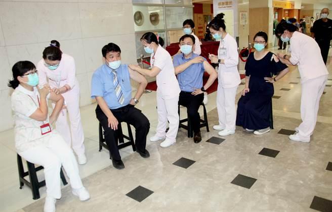 成大醫院醫護人員5日率先示範施打流感疫苗。(成大醫院提供/程炳璋台南傳真)