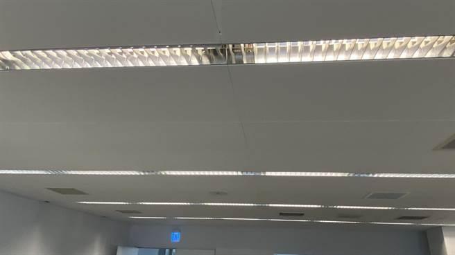 更换灯管要小心!中市1名男子更换灯管时被电到倒地,当场无生命迹象送医抢救中。(民眾提供/陈淑芬台中传真)