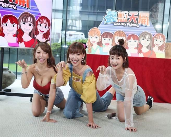 巫苡萱(左起)、李懿、籃籃擺出可愛姿勢。(三立提供)
