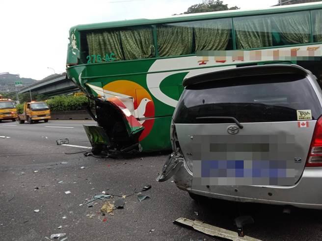 機車誤闖國道,共造成10車連環撞。(國道高速公路警察局提供/蘇育宣翻攝)