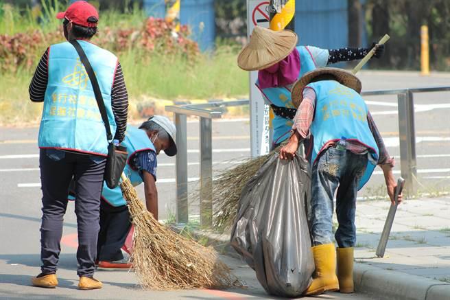 社會勞動人於雲林古坑綠色隧道旁清潔環境,以服務社會的方式代替入監服刑,不僅漸漸矯正心態,還能培養自己的耐心。(周書聖攝)