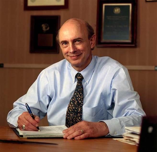 榮獲2020諾貝爾生醫獎的美國病毒學家奧特(Harvey J. Alter)。(圖/美國疾管局)