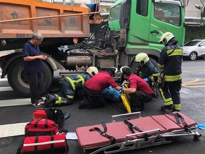 北市議員耿葳5日發現,北市每年都有2000至6000輛大車無證上路,大車6年來造成 12死758輕重傷,警方允諾6日啟動專案攔查。(本報資料照)