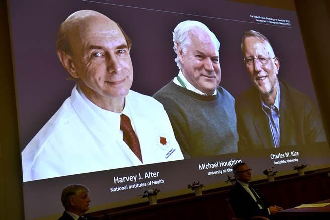 2020諾貝爾生醫獎由3位研究C型肝炎的英美學者共同獲得,左起為美國病毒學家奧特(Harvey J. Alter),英國生物化學家赫頓(Michael Houghton)及美國科學家萊斯(Charles M. Rice)。(圖/美聯社)