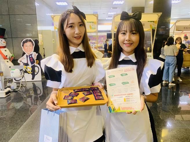 巧克力咖啡節,將由女僕裝扮的服務人員分送巧克力。(廖志晃攝)