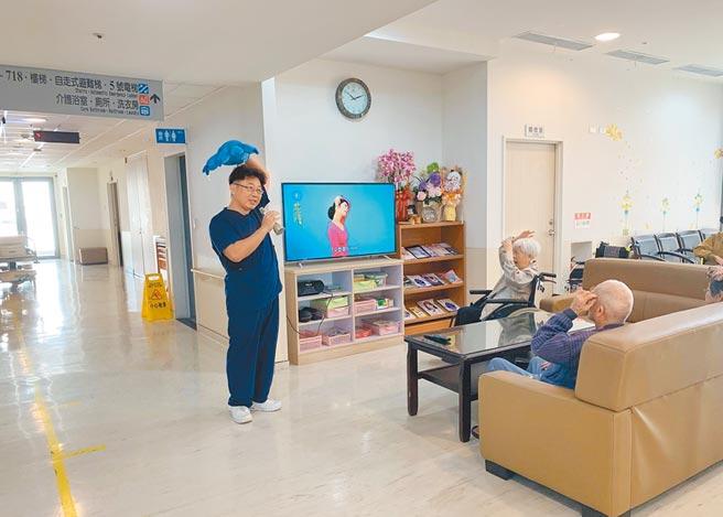 台南63歲卓姓民眾因父親摔斷腿,無法工作賺錢,只好把老父送到養護中心。圖為麻豆新樓醫院護理之家工作人員帶長輩做健康操。(麻豆新樓醫院提供/劉秀芬台南傳真)