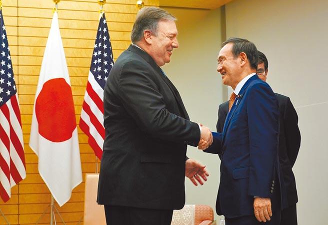 美國務卿蓬佩奧(左)亞洲行,取消蒙古及南韓行程,只訪問日本。圖為2018年蓬佩奧與時任官房長官菅義偉握手。(路透)