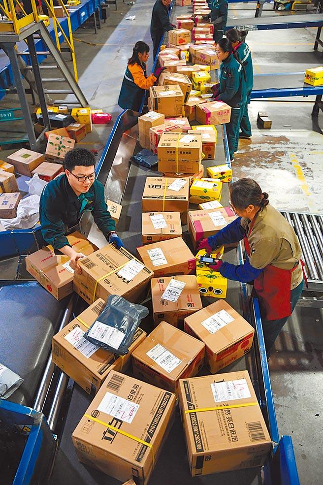 《關稅法》修正草案加重罰則,違反相關規定的運貨工具擁有人,未來修法後罰鍰將提高到6000元以上至3萬元以下。圖為物流業者處理貨物情形。(中新社)