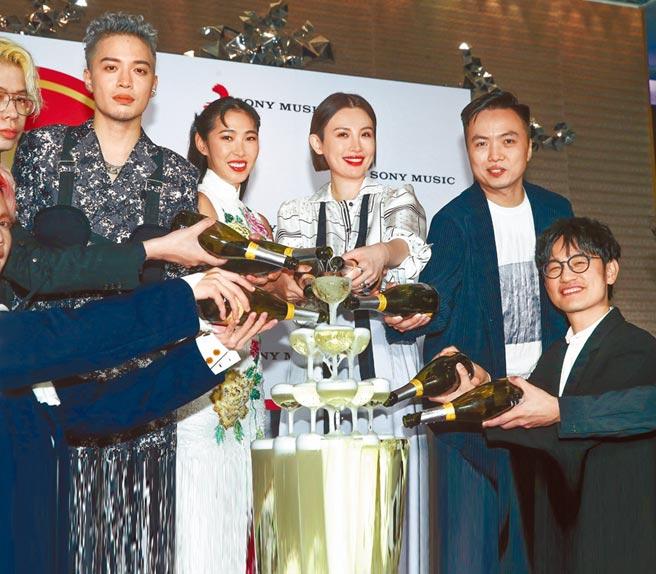 J.Sheon(左起)、王若琳、魏如萱、團隊夥伴、陳建騏(右下)前晚出席慶功宴。(粘耿豪攝)