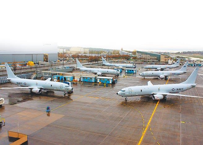 美國海軍及印度海軍的P-8海神反潛巡邏機停放在波音公司工廠。(波音公司官網)