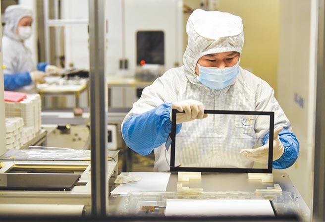 重慶江北區港城工業園內一家汽車電子有限公司,工作人員在生產線上作業。(新華社資料照片)
