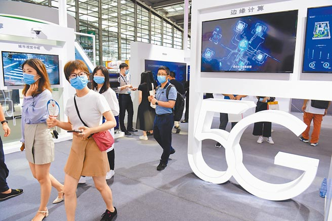 8月14日,第八屆中國電子信息博覽會在深圳會展中心開幕,5G應用備受參觀者矚目。(中新社)