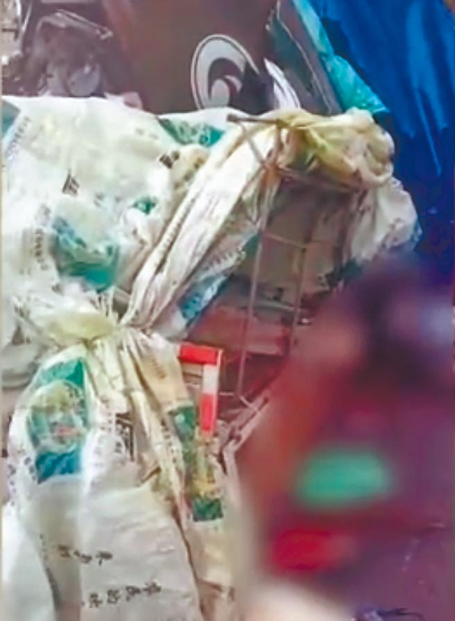 10月4日,吉林扶餘市一輛貨車追撞農用曳引機後,又與對向的貨車迎面相撞,造成18死1傷。現場血跡旁貨物散落一地。(影片截圖自微博@漩渦視頻)