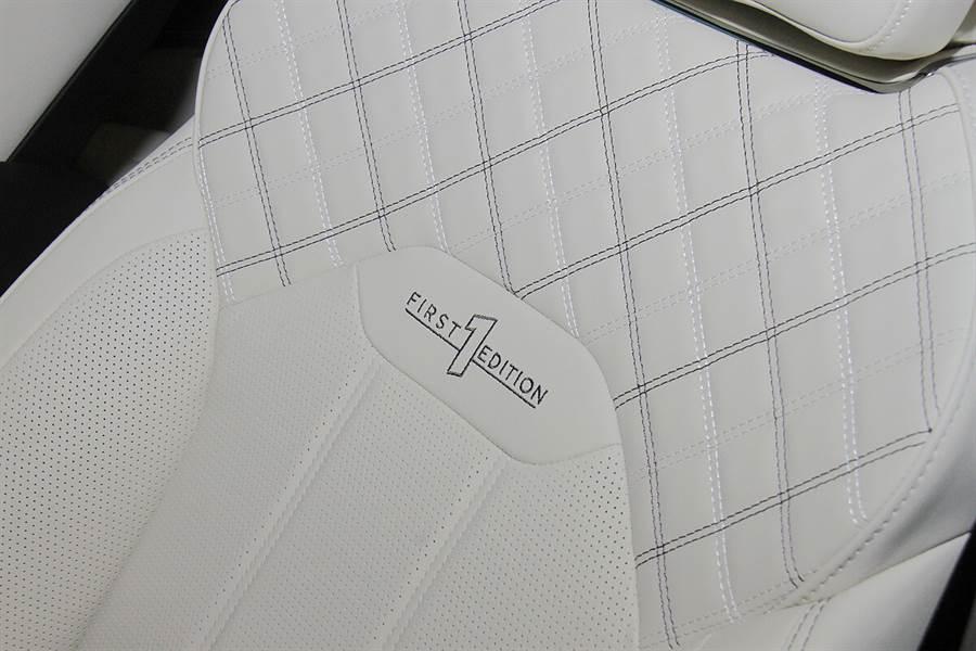 First Edition除了字樣的顯示之外,還特別配有對比色雙縫線的設計。