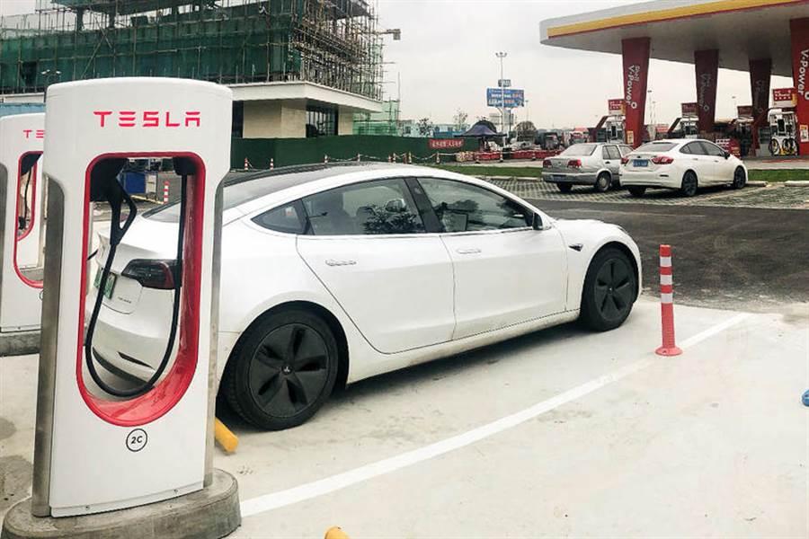 台灣車主表示羨慕!中國高速公路有超充,長途旅程充電超方便
