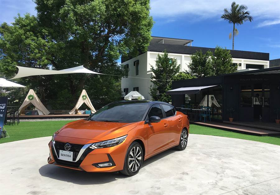 New Sentra全球廣宣以炫目橘作為主打車色,配合two-tone黯夜黑頂雙色塗裝,動感破表、一整個帥炸。