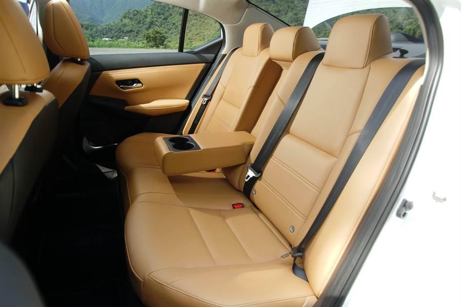寬敞的後座可供三位成人輕鬆入座,特殊座椅角度讓乘員肩膀不會互相干擾。