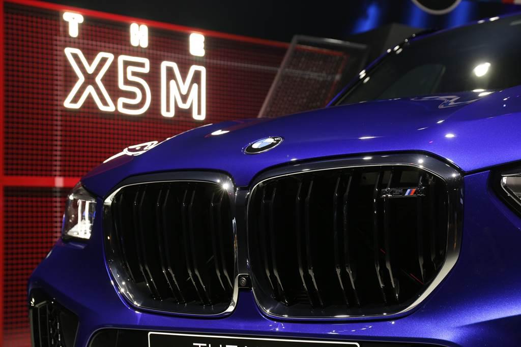 水箱護罩具備M專屬黑色高光澤雙肋造型水箱護罩與鍍鉻外框,顯示BMW X5 M不凡的地位象徵。