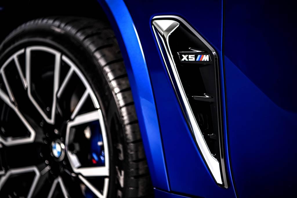 M專屬車側導流氣孔提升高速行駛時的穩定性,降低空氣阻力的同時也幫助剎車散熱