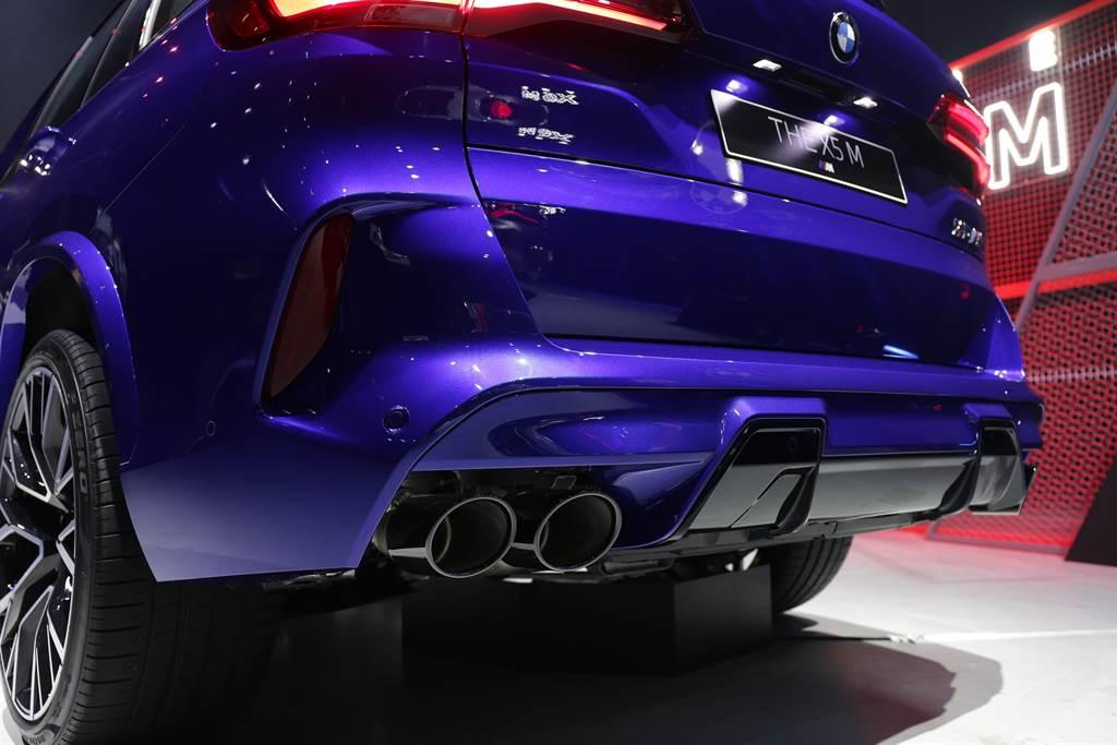 黑色雙邊雙出尾管的M運動化排氣系統,讓X5 M引擎聲浪更為狂野渾厚。