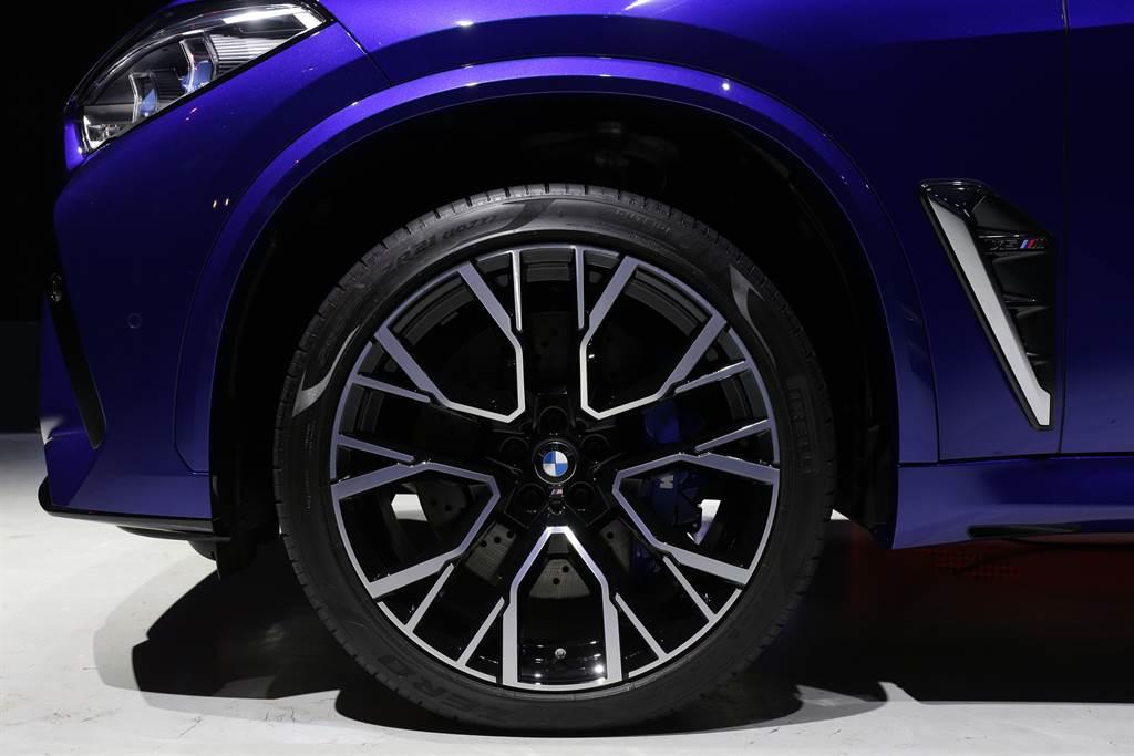 搭載專屬的前21、後22吋M星幅式809M型輪圈。