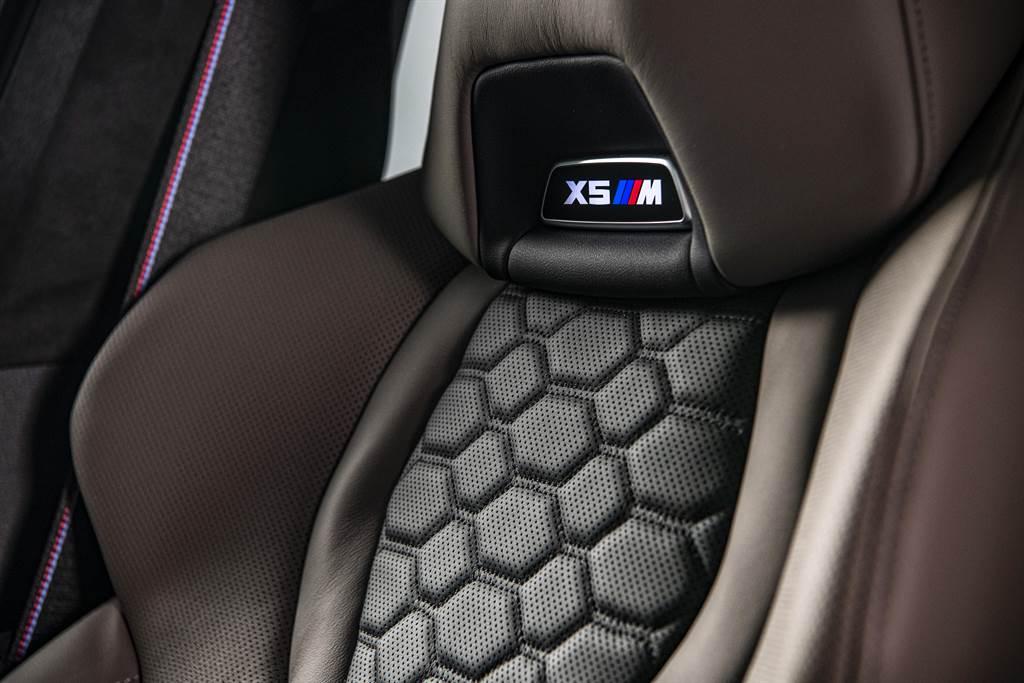 座椅採用頂級Merino皮革,並具M專屬雙色跑車設計與內嵌發光X5 M銘牌。