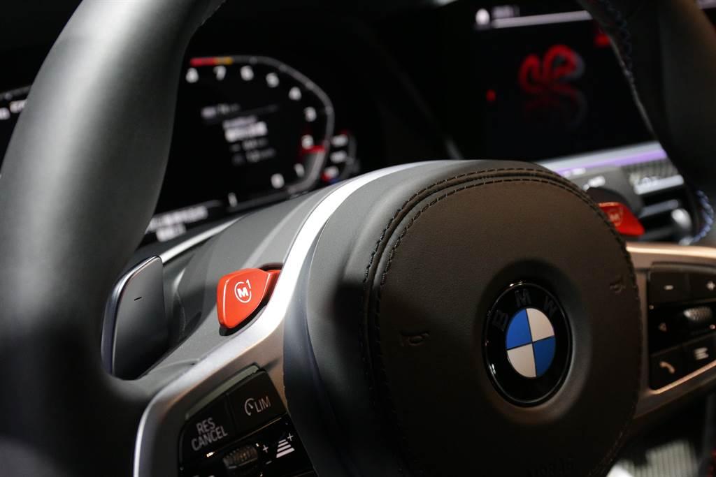 方向盤上設置M1與M2兩個自訂駕駛模式,可更迅速切換。
