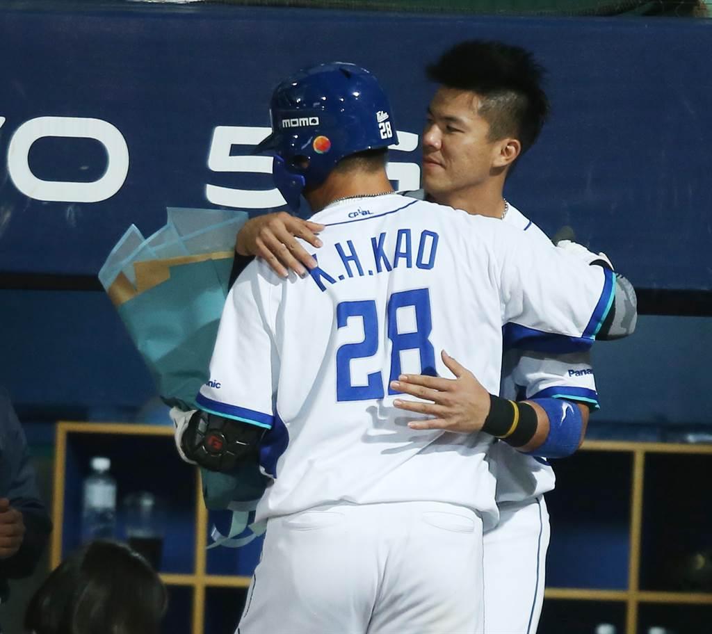 高國輝(28號)最快達成生涯150轟,隊友與他擁抱致賀。(陳怡誠攝)