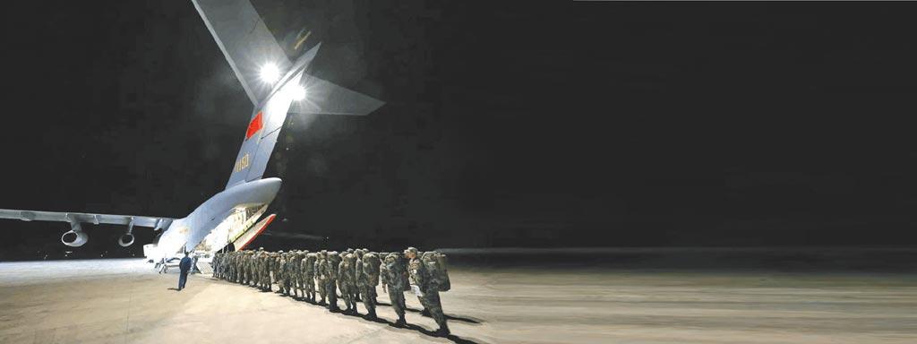大陸軍人排隊登上運-20。(取自微博@解放軍報)