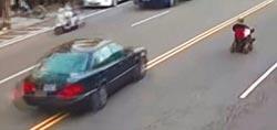輪椅阿伯逆向闖雙黃線 警察沒轍