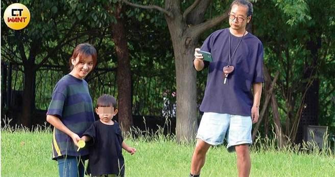 當陳意涵扶著兒子小初的手玩耍時,改由許富翔拿出手機攝影留念。(圖/本刊攝影組)