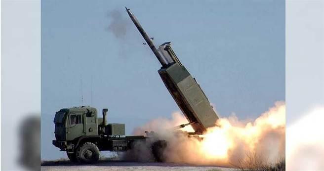 在野立委透露,曾直接詢問美方駐台高層,開放美豬後台美是否能洽談簽訂貿易協定,但對方卻回「已賣武器給台灣」。圖為M142(HIMARS)高機動性多管火箭系統。(圖/擷取自美國陸軍官網)