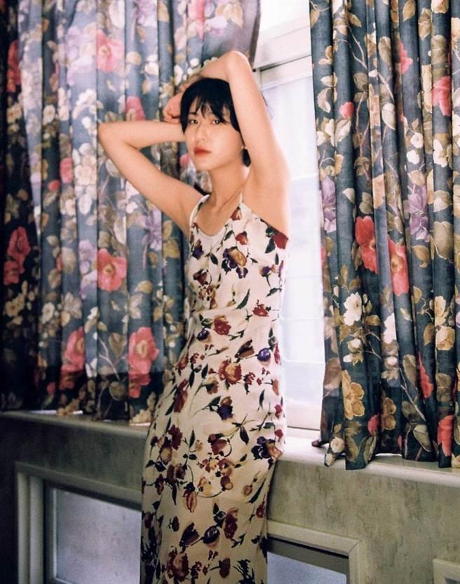 陳璇穿起媽媽年輕時的花洋裝,時髦得毫無違和感。(圖/翻攝自陳璇臉書)