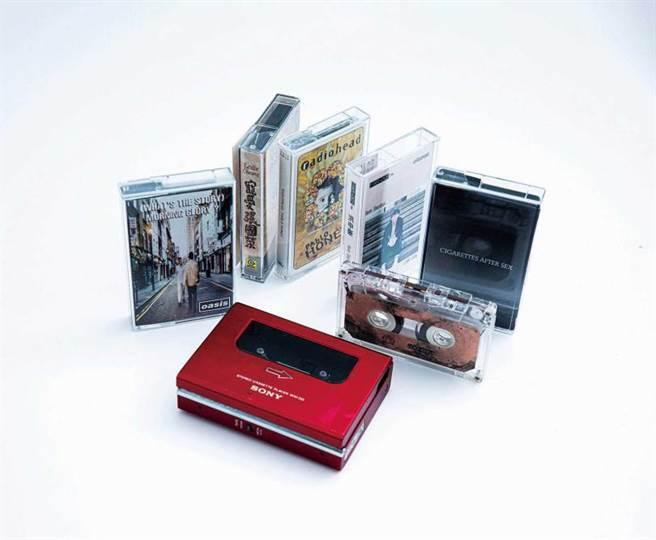 陳璇收藏不少卡帶,像是張國榮的《寵愛》、洪申豪的《LIGHT CORAL》,透過SONY「WM-DD磁帶隨身聽」播放。(圖/莊立人攝)