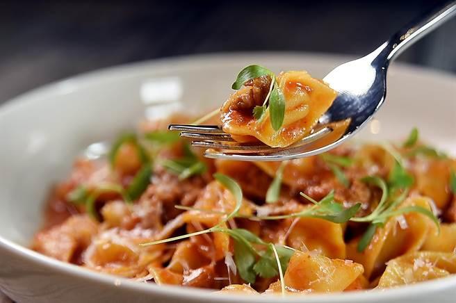 台北新餐廳〈PASTAIO〉可嘗到各式新鮮手做義大利麵,如〈金色/帽子餃〉包覆的內餡是瑞可達起司和日本南瓜泥。(圖/姚舜)