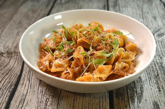 Sopressini義大利麵餃是將麵皮對折後翻轉捏成帽子形狀,〈PASTAIO〉的廚師是用風乾豬頰肉和墨西哥臘腸炒製的amatraciane肉醬為這帽餃提味。(圖/姚舜)