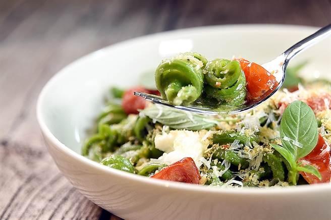 〈PASTAIO〉菜單上的〈青醬/陀螺麵〉,是用松露瑞可達起司、莫札瑞拉起司、帕瑪森起司、堅果青醬與油封番茄等,與Trottole陀螺麵搭配。(圖/姚舜)