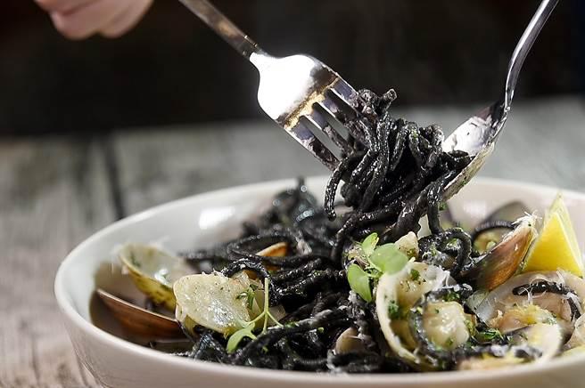 〈PASTAIO〉菜單上的〈蛤蜊墨魚吉他麵〉作法和〈白酒蛤蜊麵〉相似,但灑了很多帕瑪森起司增加鹹香味。(圖/姚舜)