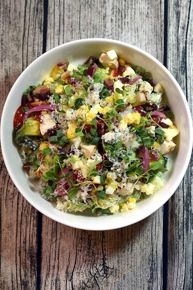〈PASTAIO〉除主攻各式各樣的義大利麵,且菜單上亦有很多種不同的美味沙拉,圖為由雞肉、酪梨、焦糖煙燻培根共拌的〈科布沙拉〉。(圖/姚舜)