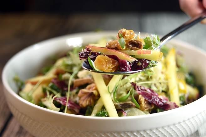 〈PASTAIO〉的〈蘋果琥珀核桃沙〉,是以藍紋起士、綜合生菜、蘋果條、琥珀核桃和焦化奶油油醋共拌。(圖/姚舜)