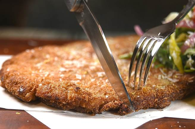 〈PASTAIO〉的〈酥炸米蘭豬排〉是用台灣黑毛豬打平、醃漬後,再裹上麵衣酥炸。(圖/姚舜)