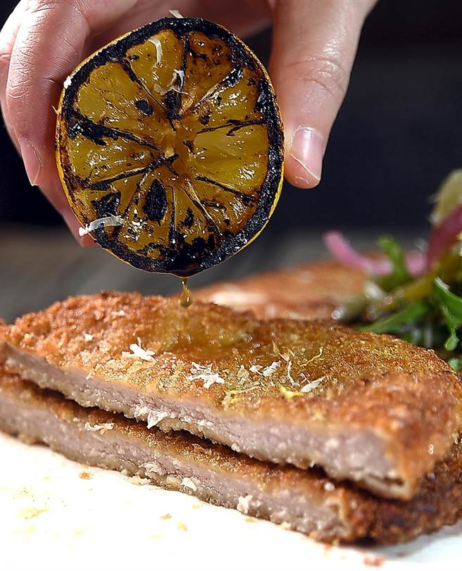 〈PASTAIO〉的〈酥炸米蘭豬排〉的麵衣極薄,豬排柔嫩入味且帶汁。(圖/姚舜)