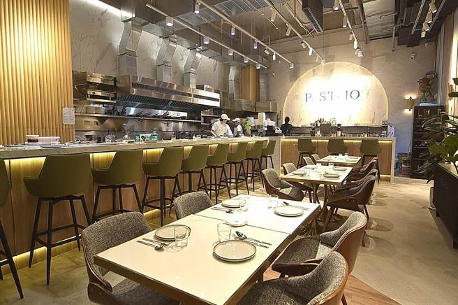 〈PASTAIO〉餐廳室內空間挑高6米,採全開放式廚房設計,客人置身其中可看到廚藝團隊製作過程。(圖/姚舜)
