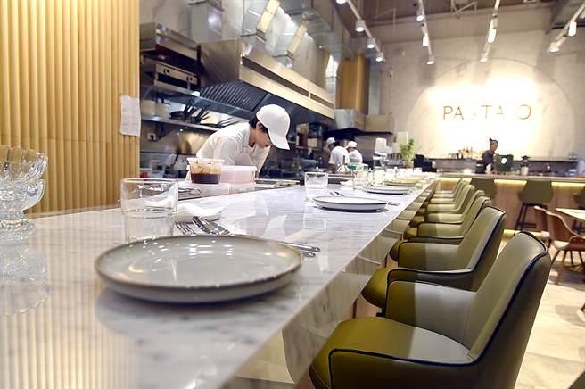 〈PASTAIO〉餐廳連結開放式廚房的吧檯,其實等同「板前」,在此用餐的客人可與廚師互動。(圖/姚舜)