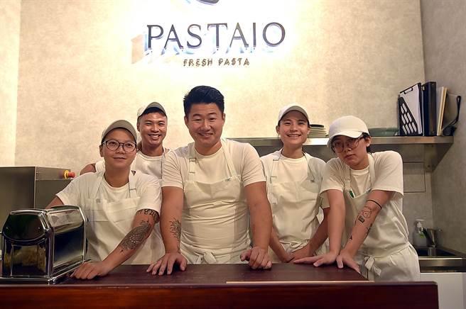 〈PASTAIO〉主廚Timothy呂學明(中)2008年曾在美國的「BEST TEEN CHEF 2008」廚藝大賽中得到冠軍,並曾在多家米其林餐廳歷練。(圖/姚舜)