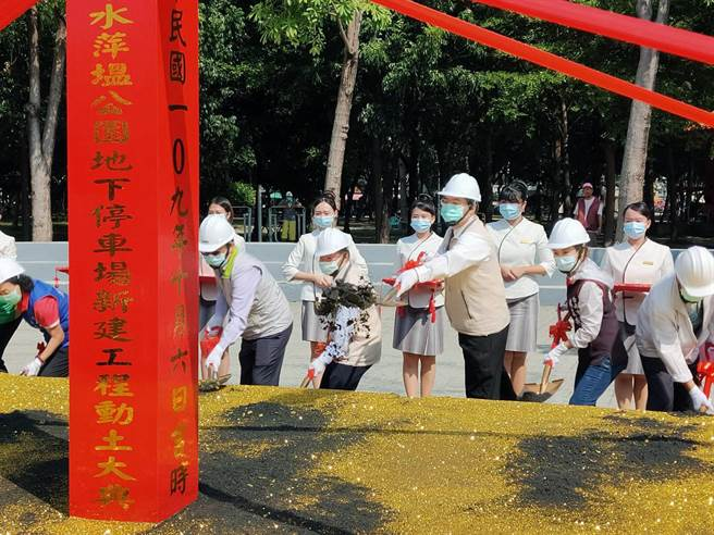 台南市長黃偉哲主持水萍塭公園地下停車場動土典禮。(洪榮志攝)