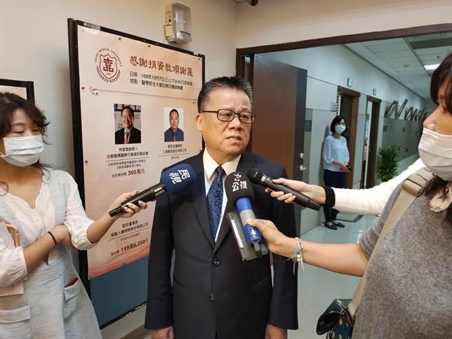 世新大學校長吳永乾今日出席私立大學校院協進會,會間接受媒體採訪。(李侑珊攝)